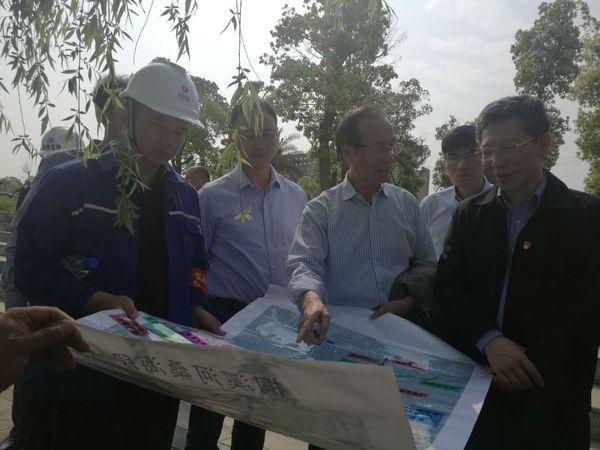 环保分公司经理洪平、首席专家万金保正在向罗厅长详细汇报施工方案。.jpg