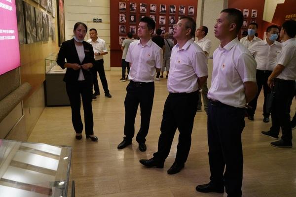 8月1日,黨員干部在西柏坡紀念館參觀三大戰役半景畫.JPG